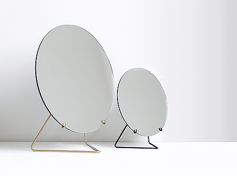 Mirror: available in 30 cm Ø and 20 cm Ø. Foot in brass or powder coating in black.